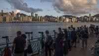 Хората напускат Хонконг, а инвеститорите - не