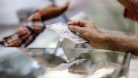 Индийската рупия от най-добре представяща се валута в Азия пропадна в дъното на класацията