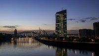 ЕЦБ запазва стимулите, докато инфлацията разстройва пазарите