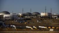 ОПЕК+ удължава свиването на производството на петрол с месец