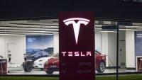 """Tesla е първата компания с рейтинг """"боклук"""" с оценка от 1 трилион долара"""