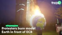 Демонстранти изгориха модел на Земята пред ЕЦБ